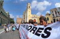 Xalapa, Ver., 29 de mayo de 2015.- Como medida de presi�n vecinos de la Progreso se trasladaron a Plaza Lerdo para continuar con su manifestaci�n ante el rechazo de la instalaci�n de una antena de Telcel.
