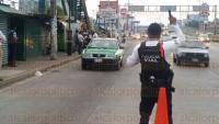 Xalapa, Ver., 29 de mayo de 2015.- Polic�a Vial implementa operativo en L�zaro C�rdenas a la altura de plaza crystal, busca agilizar la circulaci�n en la zona, retiran a taxistas mal estacionados.