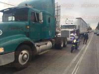 Xalapa, Ver., 29 de mayo de 2015.- Detr�s del accidente ocurrido la tarde de este viernes en L�zaro C�rdenas a la altura del puente P�pila, se encontraba descompuesto un tr�iler con placas federales 261DJ1, de color blanco, el cual fue remolcado por otro tracto cami�n.