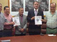 Xalapa, Ver., 29 de mayo de 2015.- El presidente del Comit� Directivo Estatal de AVE, Alfredo Tress Jim�nez, junto con 14 alcaldes emanados de ese Instituto pol�tico en la entrega de sus cuentas p�blicas.
