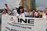 Boca del R�o, Ver., 30 de mayo de 2015.- Funcionarios electorales y personal de la 4 Junta Distrital en la marcha para incentivar el voto ciudadano.
