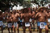 Xalapa, Ver., 29 de junio de 2015.- Nuevamente integrantes de los 400 Pueblos se despojan de sus prendas y se plantan en la avenida Xalapa.