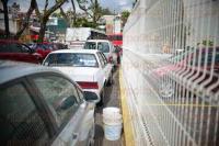 Xalapa, Ver., 29 de junio de 2015.- Peatones �se la juegan�, ya que en la calle Cayetano Rodr�guez Beltr�n, la construcci�n del enrejado del Complejo Omega no cuenta con banqueta y los autos se estacionan sin dejar espacio destinado a peatones.