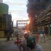 Minatitl�n, Ver., 30 de junio de 2015.- Personal de la SEDENA resguarda las instalaciones de la refiner�a L�zaro C�rdenas; Tr�nsito del Estado ha cerrado las calles aleda�as para facilitar el desalojo de las ambulancias.