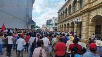 Veracruz, Ver., 30 de junio de 2015.- Decenas de supuestos extrabajadores de Tenaris-TAMSA protestaron en el centro de la ciudad para pedir ser reinstalados en sus empleos; caminaron por la avenida Independencia hasta el Z�calo, generando caos vial entre los automovilistas.