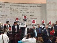 Xalapa, Ver., 30 de junio de 2015.- Durante la sesi�n en el Congreso del Estado, en donde se analiz� la iniciativa del nuevo C�digo Electoral, diputados de oposici�n y el diputado independiente, Renato Tronco, se manifestaron en contra de la propuesta.
