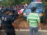 Xico, Ver., 30 de junio de 2015.- As� termin� el taxi que cay� a un barranco en la carretera Xico Viejo. Elementos de Protecci�n Civil y Bomberos acudieron al lugar para rescatar los cuerpos que quedaron prensados.