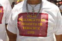 Veracruz, Ver., 30 de junio de 2015.- Simpatizantes de algunas agrupaciones pol�ticas como MORENA, PRD y PAN, se manifestaron en el Z�calo en contra de la reci�n aprobada Ley de Tr�nsito Estatal, quemando tres playeras rojas del PRI y extendiendo una gran manta con la leyenda