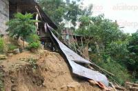 Papantla, Ver., 30 de junio de 2015.- El se�or Fernando Ramos Ramos descansaba junto con su hijo en su casa, cuando de repente escuch� un estruendo, era un alud de tierra que impact� su casa colapsando.