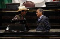 Xalapa, Ver., 30 de junio de 2015.- Diputados contin�an manifest�ndose e incluso tomaron la tribuna; se convierte en un circo la sesi�n en el Congreso del Estado.