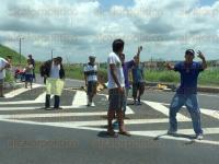 Veracruz, Ver., 30 de junio de 2015.- Inconformes mantuvieron cerrada la autopista que conduce del puerto jarocho con Xalapa, generando caos vial, algunos reportes se�alan se estaba cobrando hasta 50 pesos a los conductores para dejarlos pasar.