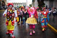 Xalapa, Ver., 30 junio de 2015.- Payasos realizan caravana en la calle Enr�quez con destino al parque Ju�rez, donde efect�an desde este s�bado el evento