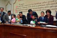 Xalapa, Ver., 30 de junio de 2015.- Durante la Sesi�n Ordinaria de Cabildo, donde se tratar�an diversos puntos en la �rden del d�a, el alcalde Am�rico Z��iga Mart�nez tom� protesta a los ni�os que participaran en el Cuarto Cabildo Infantil, quienes recibieron una tablet de regalo.