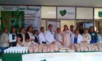Xalapa, Ver., 1 de julio de 2015.- Trabajadores de la Unidad de Medicina Familiar n�mero 10, en apoyo al Voluntariado IMSS, otorg� la noche del pasado 30 de junio 200 cenas a familiares y personas de pacientes internados en la sala de Urgencias de la Cl�nica 11.
