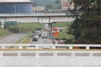 Orizaba, Ver., 1 de julio de 2015.- Conductores que viajan en la autopista M�xico-Veracruz, a la altura de este municipio, comienzan a padecer por el bloqueo en la caseta de Fort�n, algunos han decidido atravesar los camellones para regresar y viajar por la carretera federal.