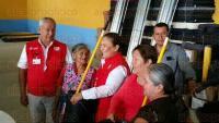 Jilotepec, Ver., 1 de julio de 2015.- La secretaria de PC, Yolanda Guti�rrez, entreg� apoyos a habitantes de la comunidad de Vista Hermosa por la declaratoria de emergencia aprobada por lluvias. La alcaldesa Lourdes Lara pidi� la presencia de ge�logos para analizar la estabilidad de los cerros.