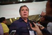 Xalapa Ver., 1 de julio de 2015.- Rogelio Franco Cast�n dirigente estatal del PRD, acompa�ado de alcaldes perredistas, acudi� a SEFIPLAN solicitando ver a Antonio G�mez Pelegr�n, ya que denuncia desv�o de recursos.