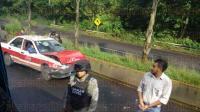 Xalapa, Ver., 2 de julio de 2015.- Tr�nsito lento sobre la carretera Coatepec-Xalapa por percance automovil�stico entre un autob�s de la l�nea Exc�lsior y un taxi. Tr�nsito del Estado y elementos de la Fuerza Civil auxilian en el tr�fico. No se reportan lesionados, s�lo da�os materiales.