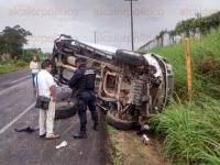 Emiliano Zapata, Ver., 2 de julio de 2015.- Tras volcar la unidad qued� sobre la cuneta e invadiendo un carril; su conductor fue trasladado a un hospital de Xalapa para su atenci�n m�dica.