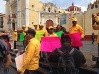 Xalapa, Ver., 2 de julio de 2015.- Trabajadores de Protecci�n al Medio Ambiente se manifiestan en Plaza Lerdo por despido injustificado y retraso de pago por falta de recursos.
