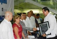 Boca del R�o, Ver., 2 de julio de 2015.- La rectora de la UV, Sara LdeG; el director general del �rea Acad�mica T�cnica, Rafael D�az y el presidente de CEVAC, Marcos Ordu�a Alcocer, entregaron reconocimientos a ingenieros destacados.