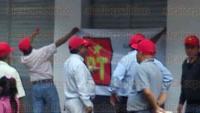 Xalapa, Ver., 2 de julio de 2015.- Alrededor de unos 30 militantes del PT clausuraron de manera simb�lica las oficinas de la Junta local del Instituto Nacional Electoral, por su ineficacia en el pasado proceso electoral, argumentan.