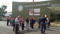 Xalapa, Ver., 3 de julio de 2015.- Jubilados y pensionados adheridos al SNTE ejercen presi�n y a las 11:45 horas bloquean ambos carriles de Arco Sur, a la altura del IPE, con direcci�n a L�zaro C�rdenas.