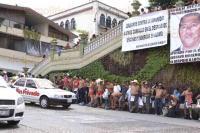 Xalapa, Ver., 3 de julio de 2015.- Nuevamente, integrantes de los 400 Pueblos se manifestaron sin prendas de ropa a un costado del Parque Ju�rez, para pedir la reinstalaci�n de locatarios del mercado de Misantla.