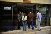 Xalapa Ver., 3 de julio de 2015.- Investigadores, algunos pertenecientes al Sistema Nacional de Investigadores, protestan en el edificio de Rector�a, denuncian retraso en el pago de est�mulos.