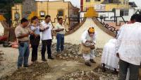 Papantla, Ver., 3 de julio de 2015.- Peque�a ceremonia donde se pide permiso a los dioses para la segunda etapa de rehabilitaci�n del mural a la cultura totonaca; se deposit� una ofrenda floral.