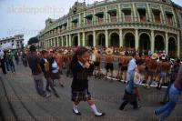 Xalapa, Ver., 3 de julio de 2015.- Familias, ni�os y j�venes, se detienen a ver la protesta de los 400 pueblos frente a Palacio de Gobierno, la tarde de este viernes.