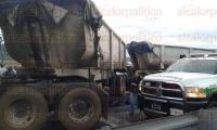 Orizaba, Ver., 3 de julio de 2015.- La tarde de este viernes un tr�iler arroll� a un auto en la autopista Puebla-Orizaba, en el 141+300.