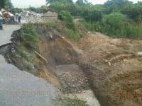 Espinal, Ver., 3 de julio de 2015.- Fuertes lluvias de las �ltimas horas ocasionaron el reblandecimiento de la tierra, en la carretera que va de Oriente de Medio D�a a Poza Larga�Zapotal.