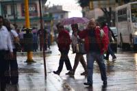 Xalapa a Ver., 4 julio de 2015.- Un chubasco se registr� la tarde de este s�bado en la ciudad; muchos xalape�os ya viajan prevenidos con paraguas ante los constantes cambios del clima.