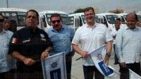 Veracruz, Ver., 5 de julio de 2015.- El director de Transporte P�blico del Estado, Roberto L�pez Santoyo, dio el banderazo oficial a 50 nuevas unidades de transporte p�blico para la ciudad, acompa�ado de autoridades estatales y municipales.