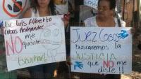 Veracruz, Ver., 6 de julio de 2015.- Otras madres de familia se sumaron al reclamo de Eunice Robles Vera; exigen al Gobernador intervenir en el caso; denuncian corrupci�n por parte del Juez que llev� el caso.
