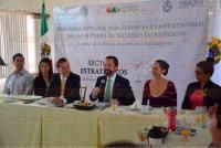 Xalapa, Ver., 6 de julio de 2015.- El secretario de Desarrollo Econ�mico y Portuario, Erik Porres Blesa entreg� constancias a participantes del Programa integral para elevar la competitividad de las MiPyMES.