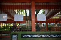 Xalapa Ver., 7 de julio de 2015.- Previo al paro anunciado por docentes del FESAPAUV, en la Facultad de Ingenier�a en Xalapa han sido colocada pancartas y lonas en protesta por el retraso de pago a acad�micos.