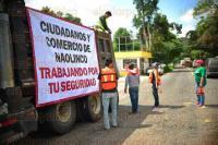 Xalapa, Ver., 7 de julio de 2015.- Habitantes del municipio de Naolinco se organizan para realizar bacheo en la carretera que conecta a Banderilla, a manera de protesta piden a autoridades le den mantenimiento peri�dicamente.