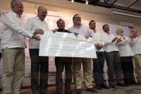 Veracruz, Ver., 7 de julio de 2015.- El gobernador Javier Duarte de Ochoa y el secretario de Medio Ambiente y Recursos Naturales, Juan Jos� Guerra Abud, durante la entrega de recursos del Programa de Empleo Temporal y PRONAFOR.