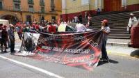 Xalapa, Ver., 7 de julio de 2015.- Integrantes del MUP bloquearon la vialidad en la calle Enr�quez por unos minutos; despu�s liberaron el paso pero sus carpas contin�an instaladas en el carril peatonal.