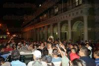 Xalapa, Ver., 7 de julio de 2015.- Patrulla de Fuerza Civil choc� contra taxi en pleno centro de la ciudad, debido a que los polic�as se dieron a la fuga personas que presenciaron el accidente bloquearon la calle Enr�quez esquina Revoluci�n.