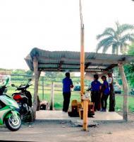 La antigua, Ver., 27 de julio de 2015.- Reporta usuaria de Twitter que a la vez del cobro manual en la caseta de La Antigua, en la la carretera de Puente R�o Chico, paralela a la mencionada caseta, piden cooperaci�n de 15 pesos para reconstrucci�n de su municipio.