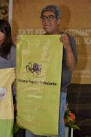 Xalapa, Ver., 28 de julio de 2015.- Alejandro Hern�ndez L�pez, promotor y gestor cultural y miembro del Colectivo Fauna Urbana, present� el libro �Cu�ntame en el parque�, con compa��a de algunos ni�os que ayudaron con la lectura en voz alta.