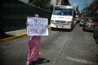 Xalapa, Ver., 28 de julio de 2015.- Debido al bloqueo hecho por vecinos de �rsulo Galv�n, alrededor de 15 autobuses se quedaron varados sin poder salir de la calle.