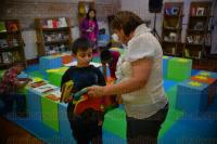 Xalapa, Ver., 29 de julio de 2015.- Jos� Manuel Vallines, jefe de oficina de Fomento a la lectura del IVEC, mencion� que las salas de lectura tambi�n cumplen con el prop�sito de acercar a los padres con sus hijos, creando as� v�nculos m�s fuertes.