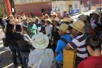Zongolica, Ver., 29 de julio de 2015.- Pobladores de este municipio, algunos de ellos integrantes del Movimiento de Municipios Organizados de la Sierra de Zongolica, durante el cierre de los accesos al poblado.