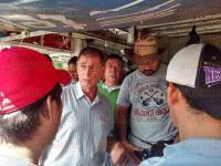 Coatzacoalcos, Ver., 29 de julio de 2015.- Comerciantes del mercado �Morelos� bloquearon calles aleda�as, al inconformarse con la presencia de comercios informales en la zona.