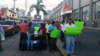 Xalapa, Ver., 29 de julio de 2015.- Taxistas bloquean avenida Chedraui Caram frente a plaza Crystal; argumentan que elementos de Transporte P�blico no los dejan trabajar libremente.