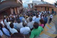 Xalapa, Ver., 29 de julio de 2015.- El alcalde Am�rico Z��iga recorri� con vecinos la calle �rsulo Galv�n para atender los reclamos sobre la ampliaci�n de las banquetas en dicha vialidad.